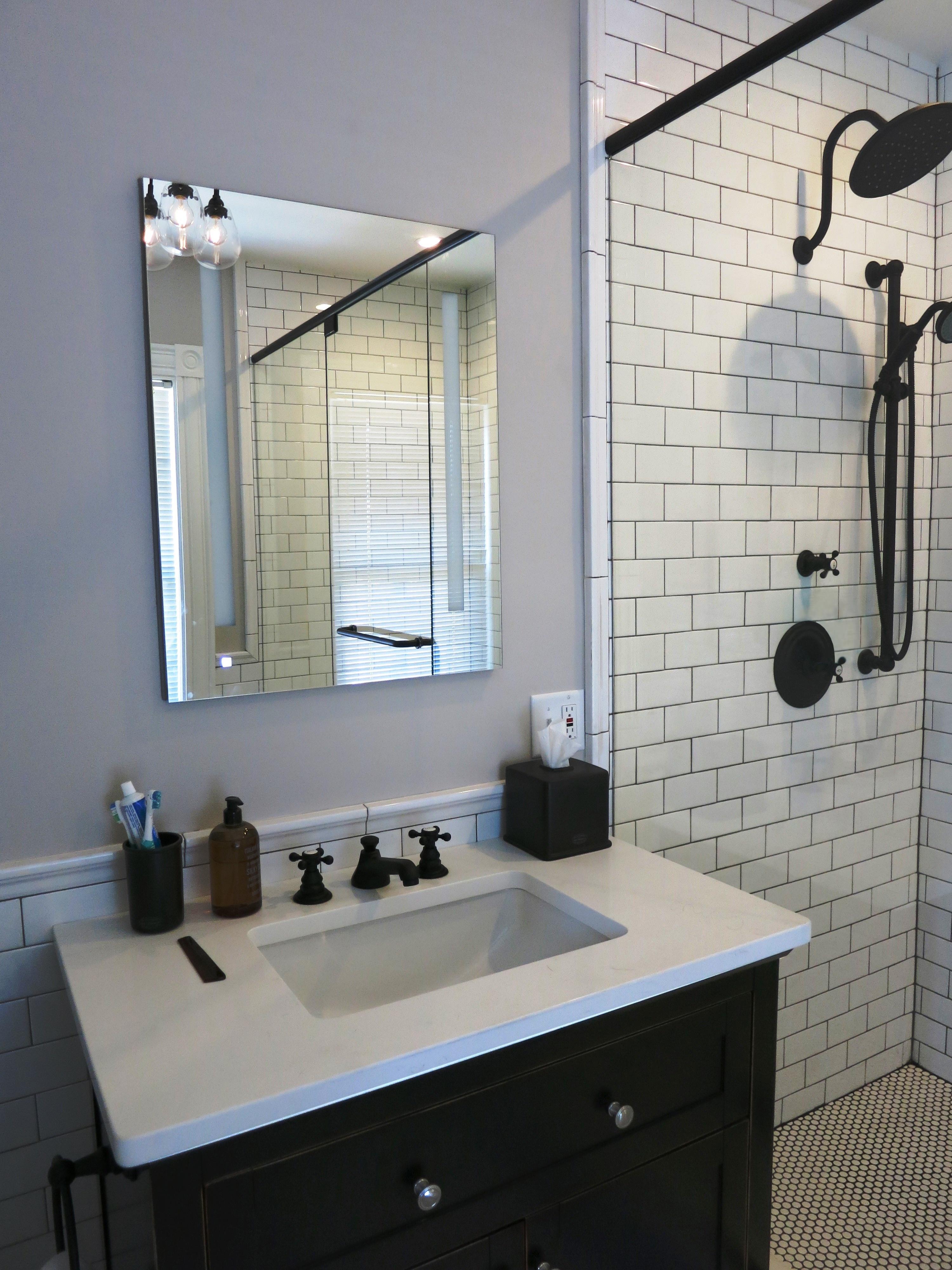 balck and white en suite bath