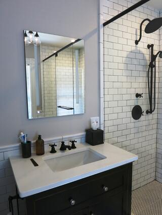 balck and white en suite bath